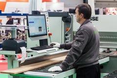 Exposition d'équipement et de technologies pour le travail du bois et la fourrure Photo stock