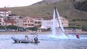 Exposition d'affichage de hoverboard de jet d'eau dans le petit port banque de vidéos