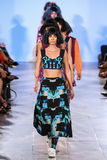Exposition d'Alexandra Frida de finale de piste de promenade de modèles au printemps 2016 de FTL Moda Photos stock