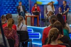 Exposition d'entretien de soirée à la TV photo stock