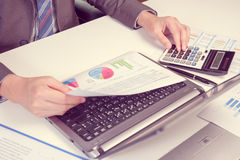Exposition d'homme d'affaires analysant le rapport, concept de rendement de l'entreprise Photographie stock