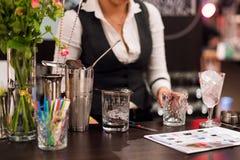Exposition de barman Le barman féminin fait le cocktail à la boîte de nuit Photographie stock libre de droits