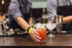 Exposition de barman Le barman fait le cocktail à la boîte de nuit photo stock