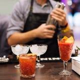 Exposition de barman Le barman fait le cocktail à la boîte de nuit photos libres de droits