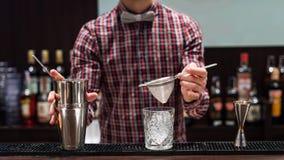 Exposition de barman Le barman fait le cocktail à la boîte de nuit photo libre de droits
