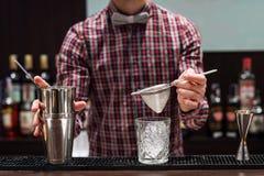 Exposition de barman Le barman fait le cocktail à la boîte de nuit image stock