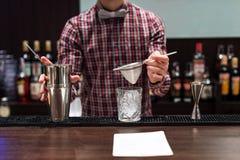 Exposition de barman Le barman fait le cocktail à la boîte de nuit photographie stock libre de droits