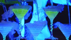 Exposition de barman Le barman verse les cocktails alcooliques Fin vers le haut images stock