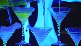 Exposition de barman Le barman verse les cocktails alcooliques Fin vers le haut photographie stock libre de droits