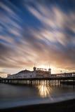 Exposition de coucher du soleil d'hiver longue au-dessus de pilier de Brighton. image libre de droits