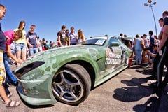 Exposition de dérive d'assistance avec l'intérêt en visitant les voitures puissantes image stock