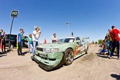 Exposition de dérive d'assistance avec l'intérêt en visitant les voitures puissantes photos stock