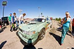 Exposition de dérive d'assistance avec l'intérêt en visitant les voitures puissantes image libre de droits