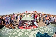 Exposition de dérive d'assistance avec l'intérêt en visitant les voitures puissantes photos libres de droits