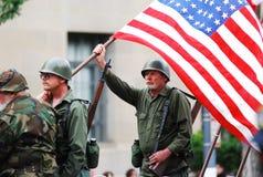 Exposition de drapeau américain sur la 4ème du défilé de juillet Image libre de droits