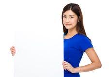 Exposition de femme avec la bannière blanche Photo stock
