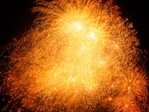 Exposition de feu d'artifice sur le fond de ciel nocturne photographie stock libre de droits