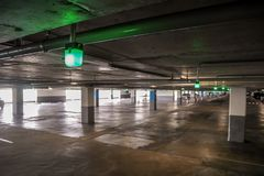 Exposition de feu vert pour l'espace vide vide de parking de voiture Photos libres de droits