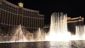 Exposition de fontaine de Bellagio la nuit avec le bruit ambiant clips vidéos