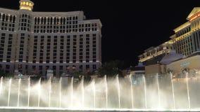 Exposition de fontaine de Bellagio la nuit avec le bruit ambiant banque de vidéos