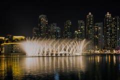Exposition de fontaine de danse de Dubaï images libres de droits