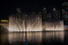 Exposition de fontaine de danse de Dubaï image stock
