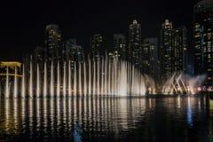 Exposition de fontaine de danse de Dubaï photographie stock libre de droits