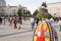 Exposition de grands oeufs de pâques dans Kyiv, Ukraine Photographie stock libre de droits