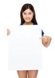 Exposition de jeune femme avec l'affiche blanche Photographie stock