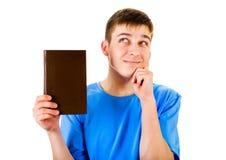 Exposition de jeune homme un livre photographie stock libre de droits