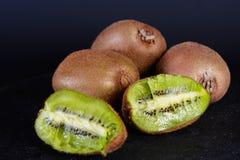 Exposition de kiwi organique frais sur le fond noir, fruit frais, nourriture saine Images libres de droits