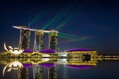 Exposition de laser de Singapour Marina Bay Sand et jardin par la baie Images stock
