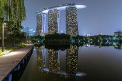 Exposition de laser de Singapour Marina Bay Sand et jardin par la baie Photos libres de droits