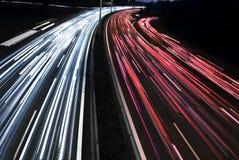Exposition de long temps des lumières de véhicule de circulation images libres de droits