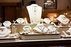 Exposition de luxe de bijoux photos stock
