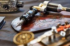 Exposition de machine de tatouage images stock