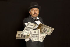 Exposition de magicien avec le billet de banque des dollars D'isolement sur le noir Photographie stock libre de droits