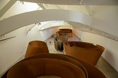 Exposition de musée de Guggenheim Bilbao de Richard Serra images libres de droits