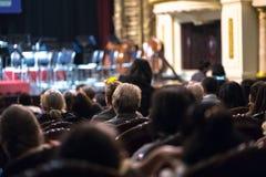 Exposition de observation de concert d'assistance dans le théâtre Photographie stock
