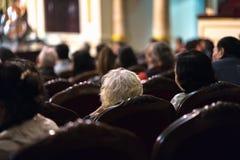 Exposition de observation de concert d'assistance dans le théâtre Photo stock