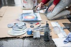 Exposition de peinture de jet pour l'assistance au milieu de la rue, ensemble d'outils de travail, déroulement des opérations à l Photo libre de droits
