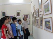 Exposition de photo de vieil homme et de montre d'ados Images libres de droits