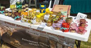 Exposition de produits d'abeille au festival de Rozhen 2015 Image stock