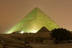 Exposition de pyramide de Gizeh et de lumière de sphinx la nuit - le Caire, Egypte Photos libres de droits