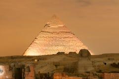Exposition de pyramide de Gizeh et de lumière de sphinx la nuit - le Caire, Egypte photos stock