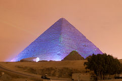 Exposition de pyramide de Gizeh et de lumière de sphinx la nuit - le Caire, Egypte Photo stock