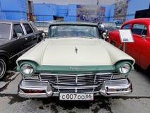 """Exposition de r?tros voitures Voiture """"Ford Fairlane """", année de la fabrication 1957, engine-8 cylindres, Etats-Unis photos stock"""