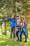 Exposition de randonneurs avec la voie de bras par le bois Photographie stock