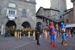 Exposition de rue des caractères célèbres de film comme le spiderman, collaborateur personnel, surhomme, capitaine America photographie stock