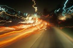 Exposition de temps des lumières de route la nuit Image libre de droits